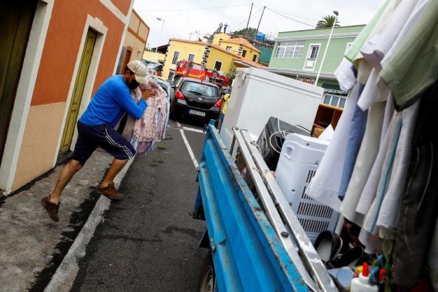 Aumenta actividad de volcán en España; desalojan a más personas